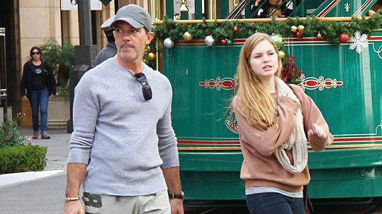 Antonio Banderas s dcerou Stellou na nákupech.