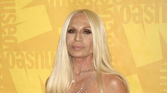 Donatella Versace vypadá jako muž.