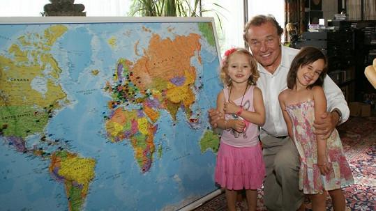 Karel Gott u mapy s dcerami.