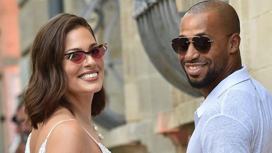Ashley Graham s manželem Justinem Ervinem čekají přírůstek.