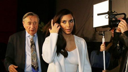 Kardashian a hostitel Lugner si na sebe posléze postěžovali.