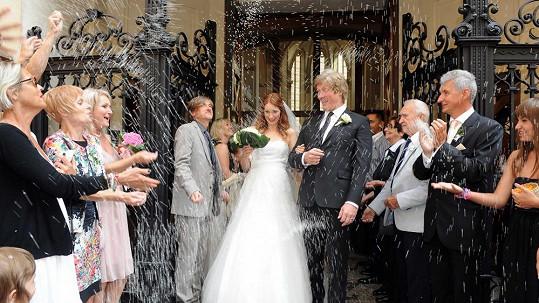 Na novomanžele se sneslo spousta rýže pro štěstí.