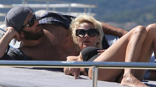 Pamela Anderson si užívá slunečních paprsků na jachtě.