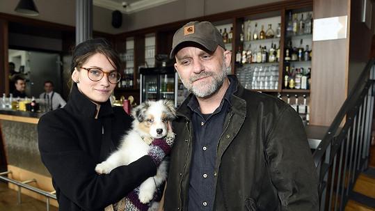 Hynek Čermák s manželkou jejich novým psem