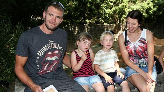 Ondřej Synek vyrazil s manželkou a dětmi do zoo.