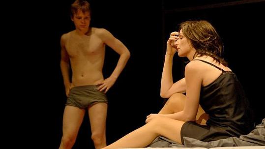 Kryštof se na jevišti objeví jen ve spodním prádle, Ivana v černé košilce.