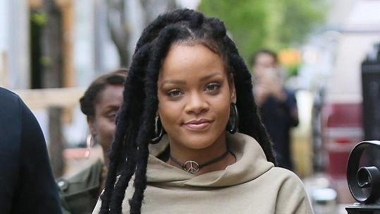 Rihanna s dlouhými dredy