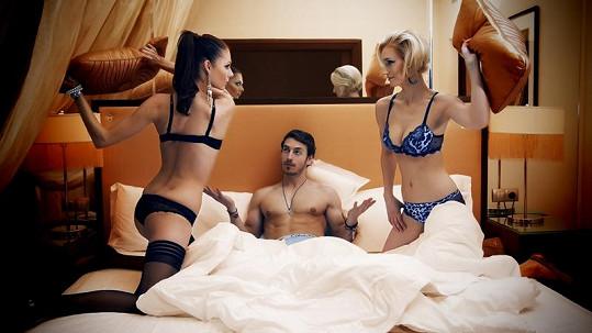 Martin Gardavský v posteli s Terezou Zimovou a Bárou Kolářovou.