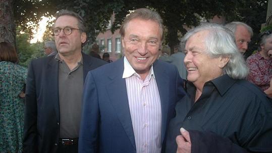 Jeden z posledních zachycených úsměvů Pavla Vrby při rozhovoru s Karlem Gottem. Vlevo Borek Severa.