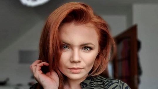 Zpěvačka Veronika Stýblová si sama obarvila vlasy.