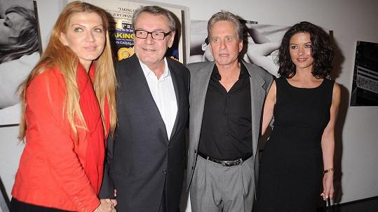 Miloš Forman s manželkou, Michaelem Douglasem a jeho ženou Catherine Zetou-Jones (zleva).