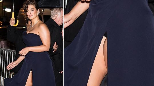 Ashley Graham se zařadila po bok dalších slavných krásek, které měly na galavečeru amfAR potíže s dlouhým rozparkem.