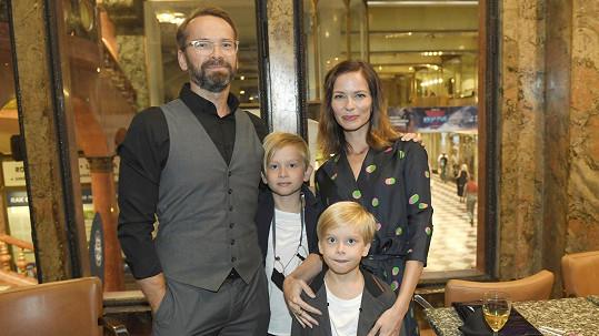 Jan Révai s rodinou na premiéře pohádky Princezna zakletá v čase
