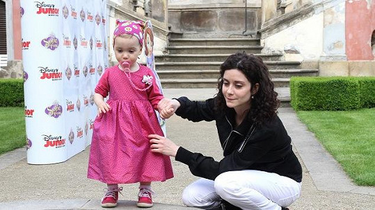 Malá Rebeka byla oblečená jako princezna.