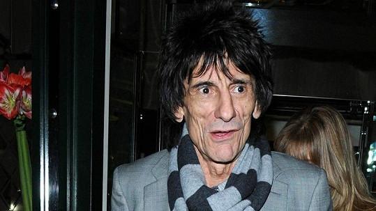Ronnie Wood je pohublý a vypadá starší, než ve skutečnosti je.