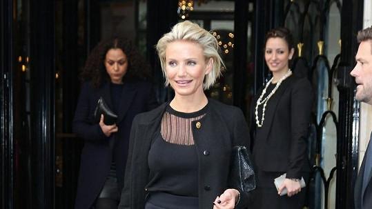 Cameron Diaz opouští hotel a míří na přehlídku světoznámé značky Versace.