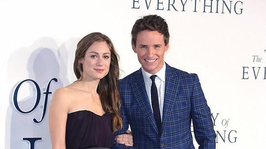 Eddie Redmayne s Hannah Bagshawe na premiéře životopisného dramatu Teorie všeho