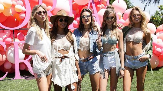 Zleva: Martha Hunt, Jasmine Tookes, Alessandra Ambrosio, Josephine Skriver a Romee Strijd patří mezi nejlépe placené topmodelky světa