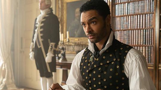 Regé-Jean Page jako vévoda z Hastingsu v seriálovém hitu Bridgertonovi