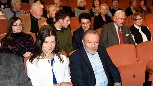 Karel Gott s mluvčí, o dvě řady dále Milan Drobný s partnerkou