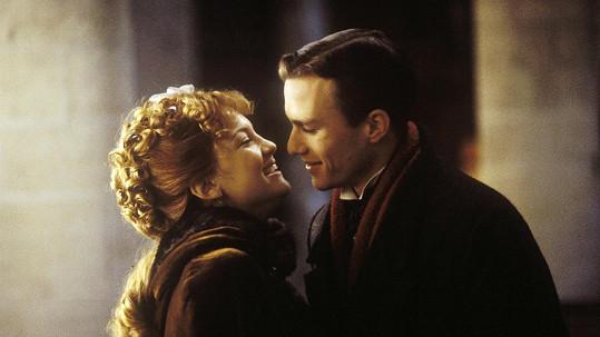 Kate Hudson se s Heathem Ledgerem líbala ve filmu Čtyři pírka: Zkouška cti (2002).