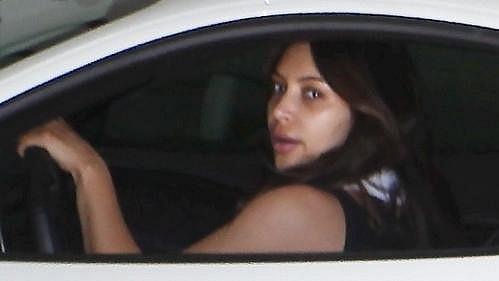 Neupravená Kim Kardashian v luxusním autě míří na cvičení.