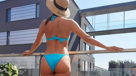 Veronika Lálová vystavila své tělo slunci.