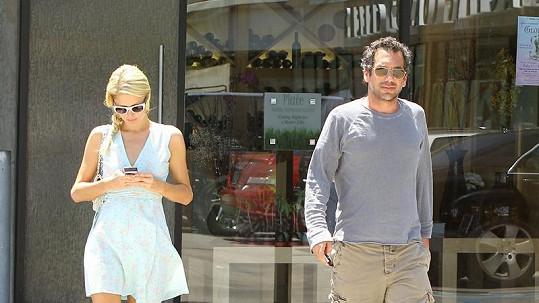 Paris Hilton si stále psala sms a nového přítele si nevšímala.