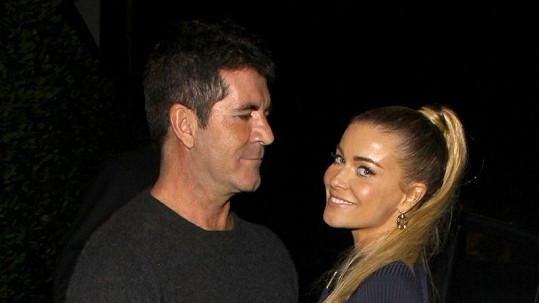 Simon Cowell a Carmen Electra si společně užívají příjemných chvil.