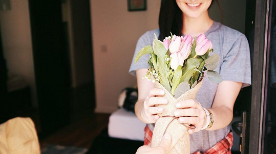 Ženy květiny milují
