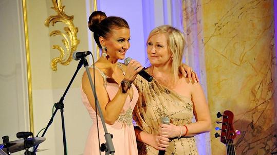 Yvetta Blanarovičová a Bára Basiková na charitativním galavečeru.