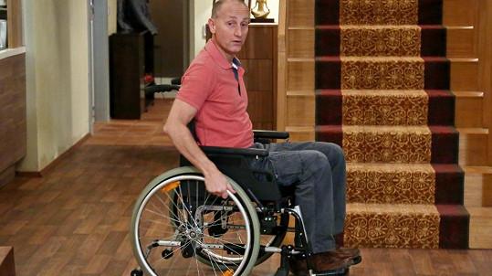 Josef Carda si zahrál vozíčkáře.