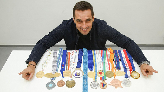 Roman Šebrle se svými medailemi.