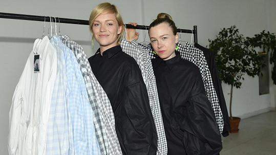 Ester Geislerová (vlevo) a Josefina Bakošová představily košilky pro denní snílky s názvem To a jen sen.
