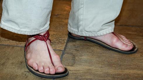 Herec v indiánských botách