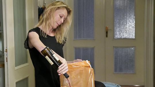 Linda Rybová hraje roli alkoholičky Blanky velmi přesvědčivě.