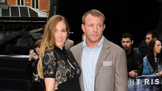 Guy Ritchie s partnerkou Jacqui Ainsley čekají další přírůstek do rodiny.