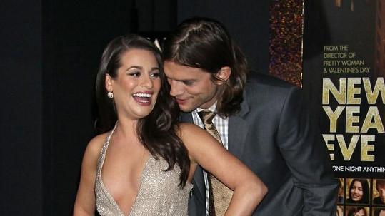 Ashton Kutcher se zasněně dívá do dekoltu krásné herečky.