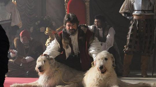 Saša Rašilov v dokonalé masce krále Valentina III.