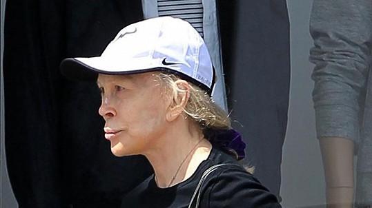 Na stará kolena si slavná herečka takový obličej, rozpadlý po všech těch plastických operacích, nezasloužila.