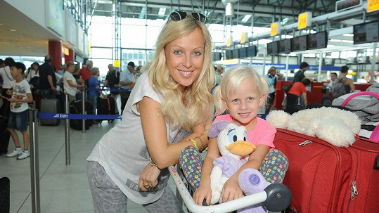 Zuzana Belohorcová s dcerou Salmou na ruzyňském letišti