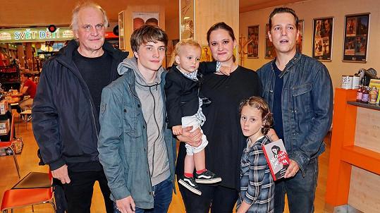Natálie Kocábová s rodinou na křtu knihy Nepatrně smutná žena