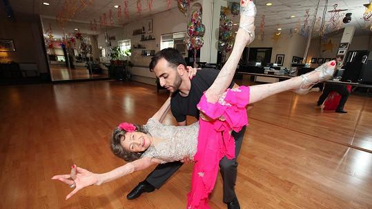 Vitální seniorka to s tanečním partnerem pořád umí pěkně roztočit!