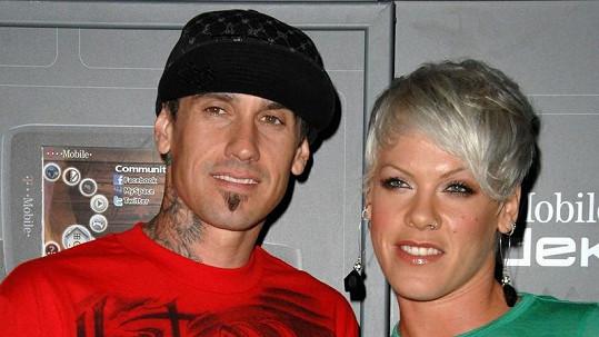 Pink s manželem Carey Hartem se stali šťastnými rodiči.