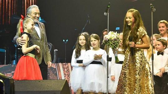 Karel Gott pozval na jeviště své dcery.