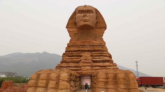 Čínská sfinga je na první pohled od egyptského originálu k nerozeznání.