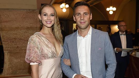 Petra Vraspírová a Roman Vojtek na premiéře tvořili krásný pár.