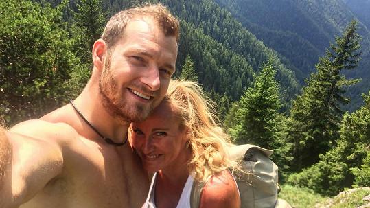 Vendula s manželem na túře v horách