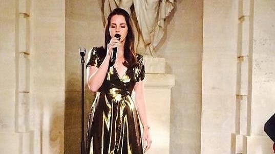 Lana Del Rey během koncertu ve Versailles