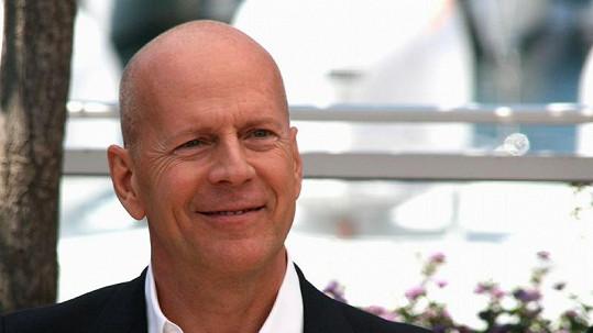 Na Bruce Willise si brousí drápky maďarské prostitutky.